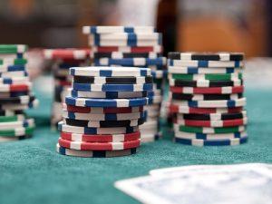 How do you play Texas holdem poker